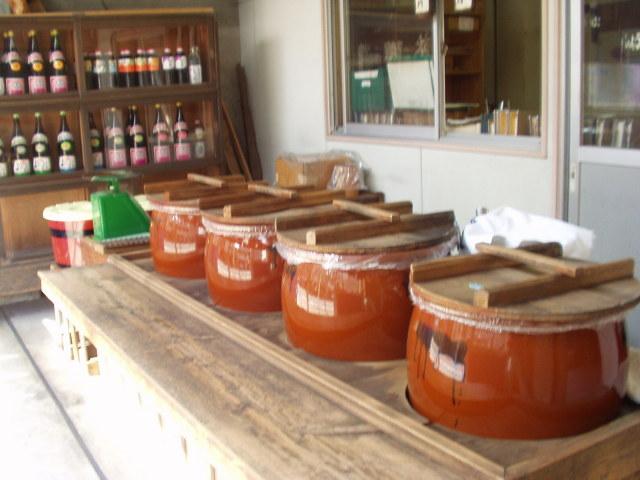 店頭に並ぶ、醤油味噌の量り売り用のかめ
